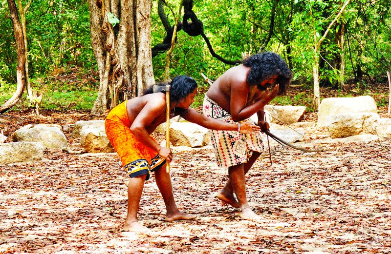 Veddas usually wear sarung when go hunting, Kandy