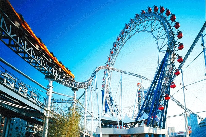 Big O is the worlds biggest ferris wheel without axis. The rollercoaster go through it.,