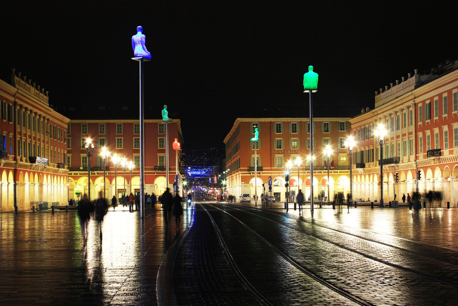 How to see the illuminated statues in Nice