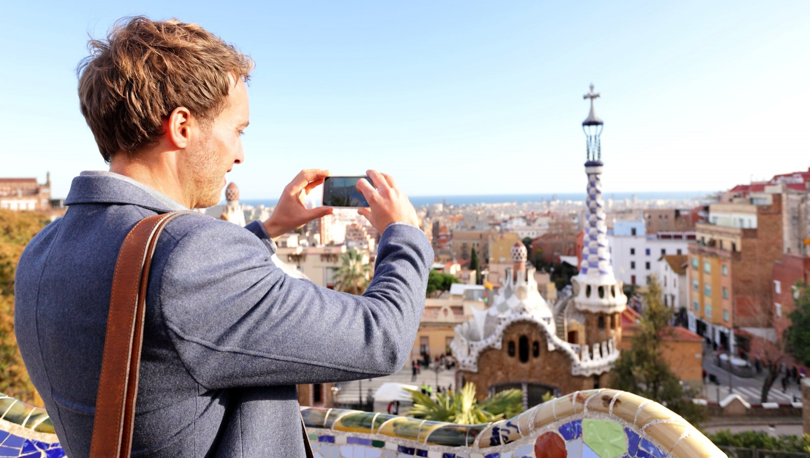 How to make a photo of the panorama of the city from the Parc Guell in Barcelona