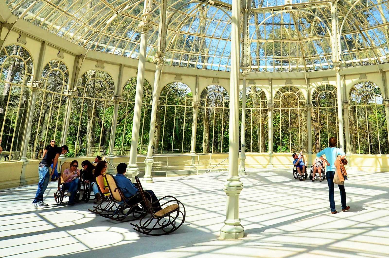 How to sit in a rocking-chair in the Crystal Palace in Madrid