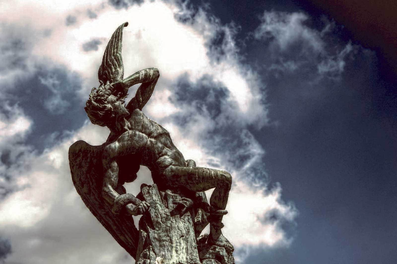 How to see the statue of Lucifer in Madrid