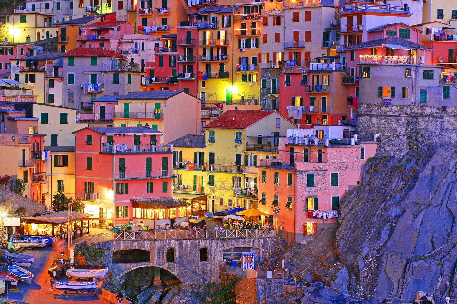 How to walk through the old Manarola in Genoa