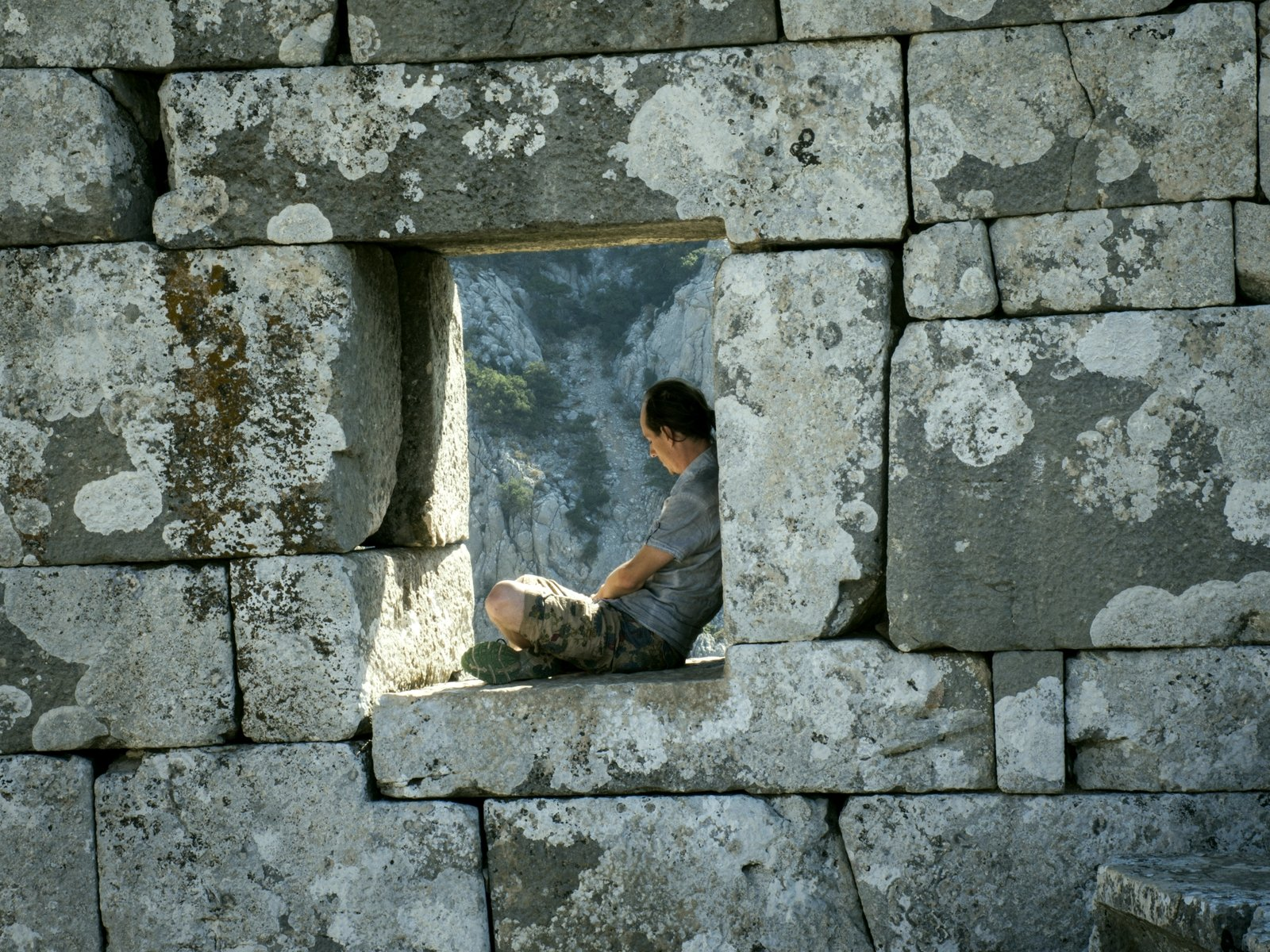How to sit on the ruins of the Termessos city in Antalya