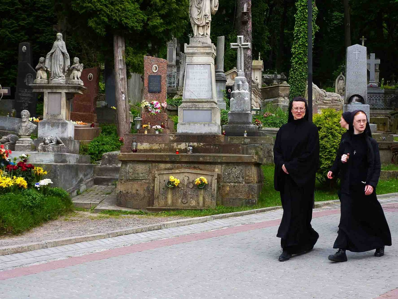 How to take a walk through the Lychakiv Cemetery in Lviv