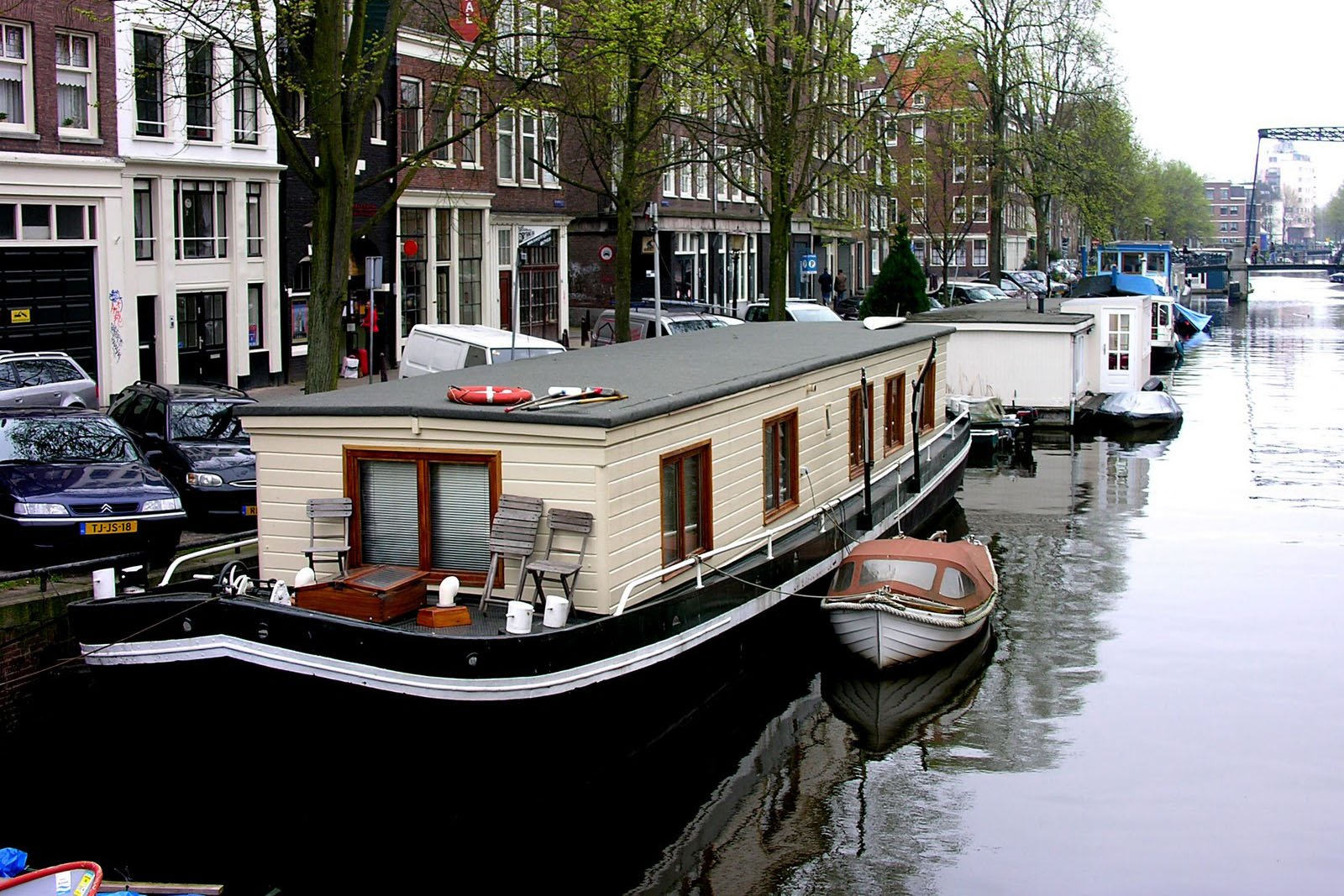How to spend a night in a houseboat in Amsterdam