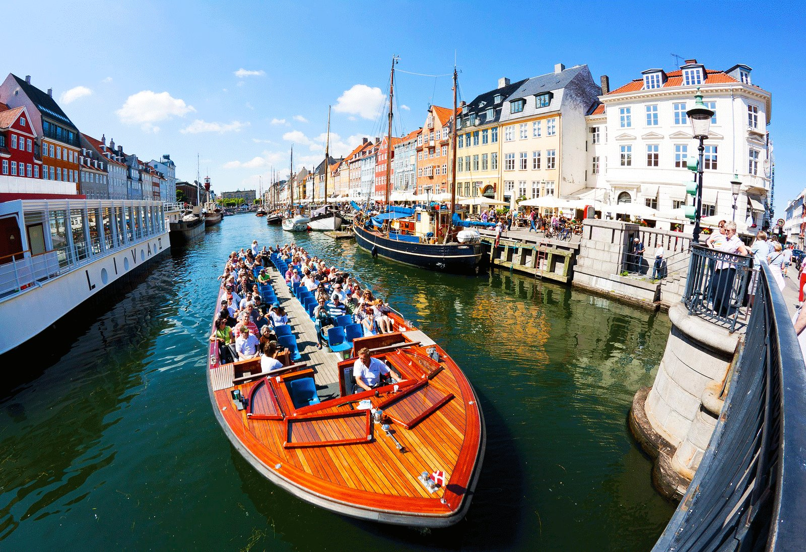 How to ride in a hop-on/hop-off boat in Copenhagen