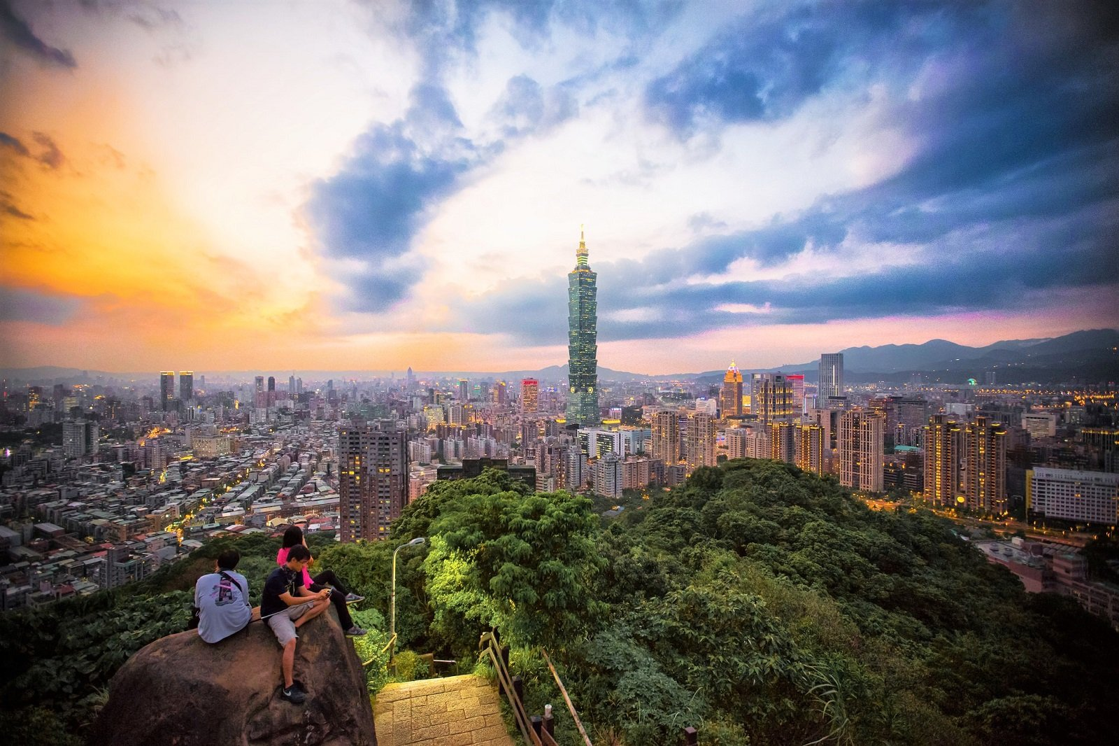 How to greet the dawn on the top of Elephant Mountain in Taiwan