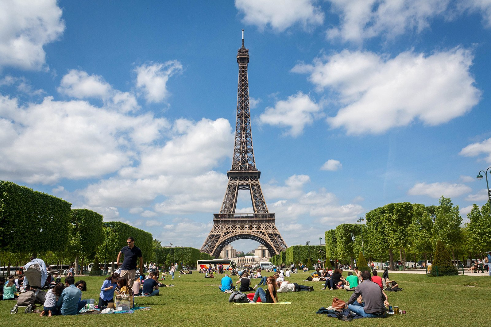 How to have a picnic on Champ de Mars in Paris