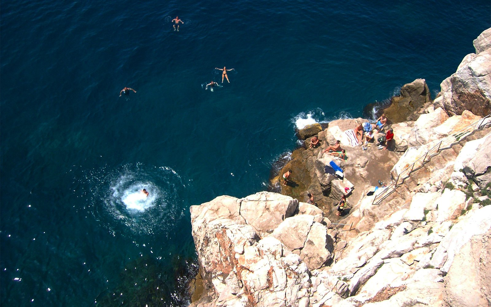 How to try cliff jumping on Buza beach in Dubrovnik