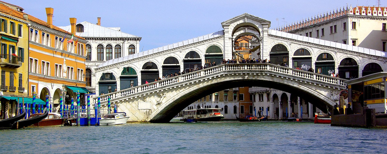 How to take a walk through the Rialto Bridge in Venice