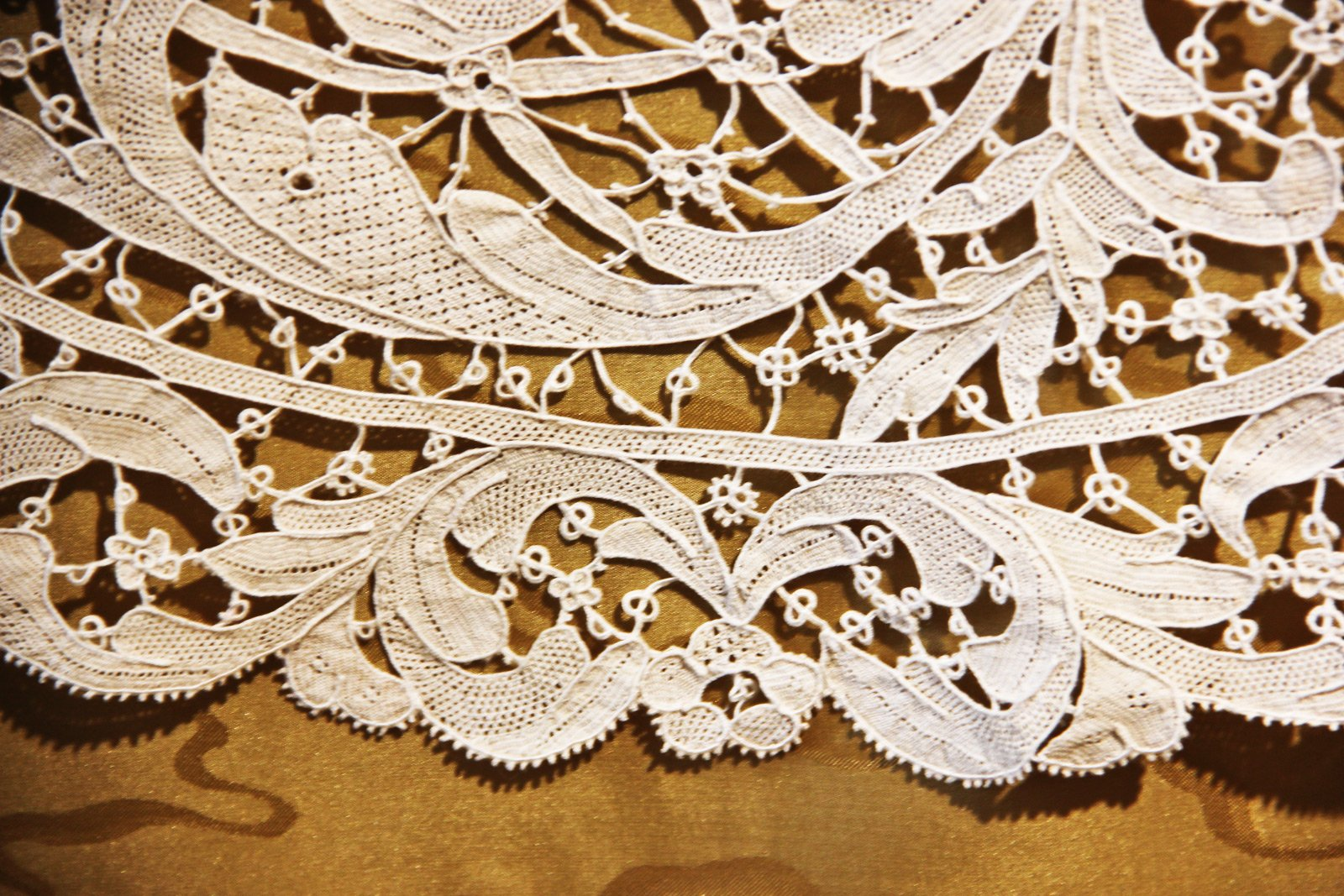 How to buy Burano lace in Venice