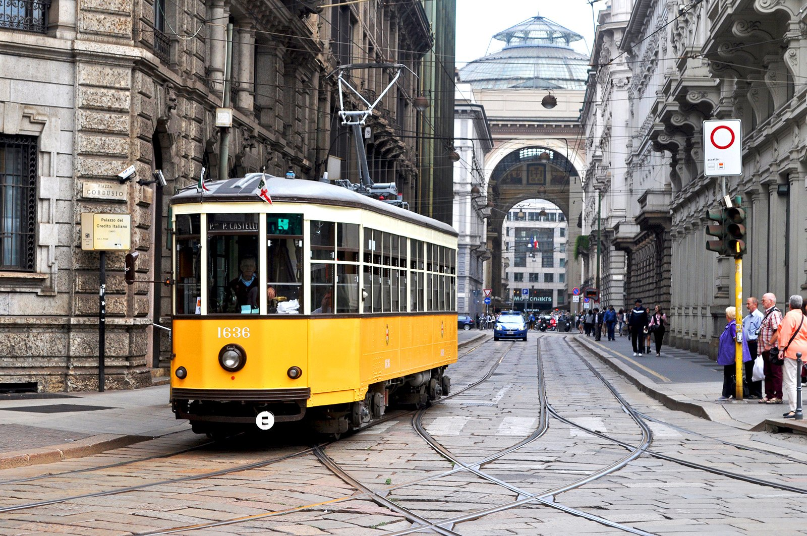 How to ride around the city on the historic tram #1 in Milan