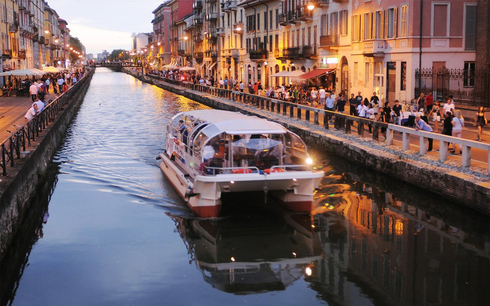 How to ride in a boat on the canals of Milan in Milan