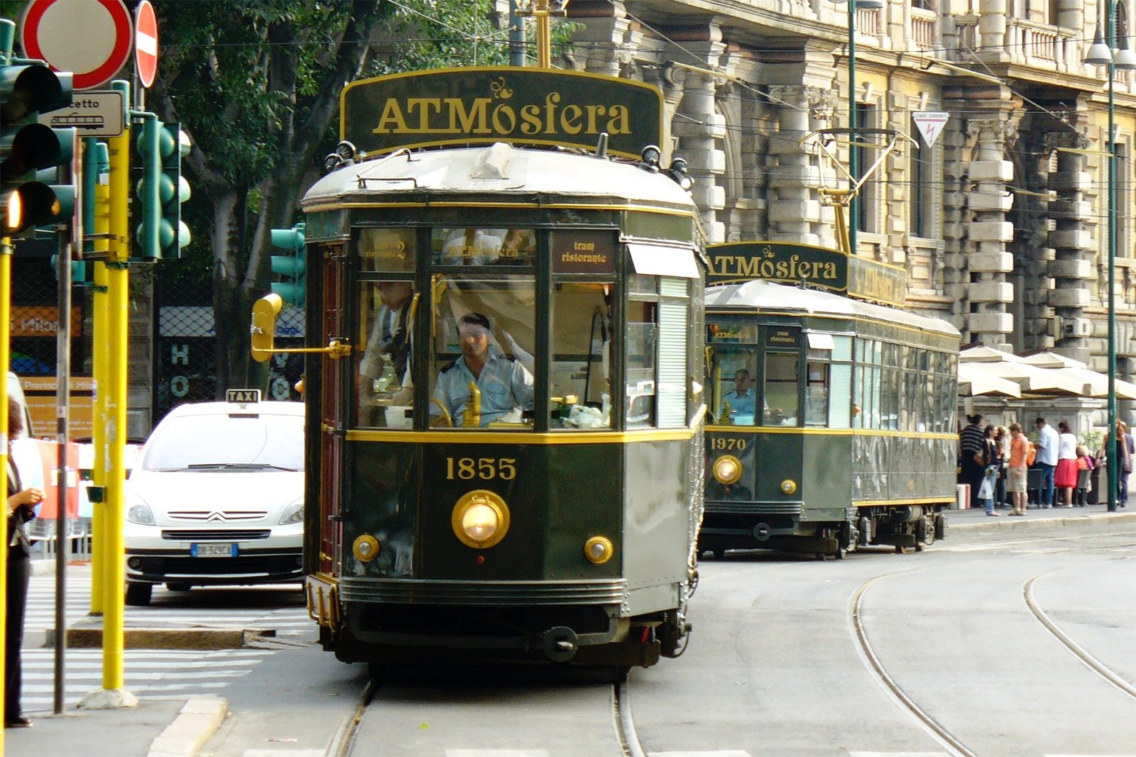 How to dine in the retro tram in Milan