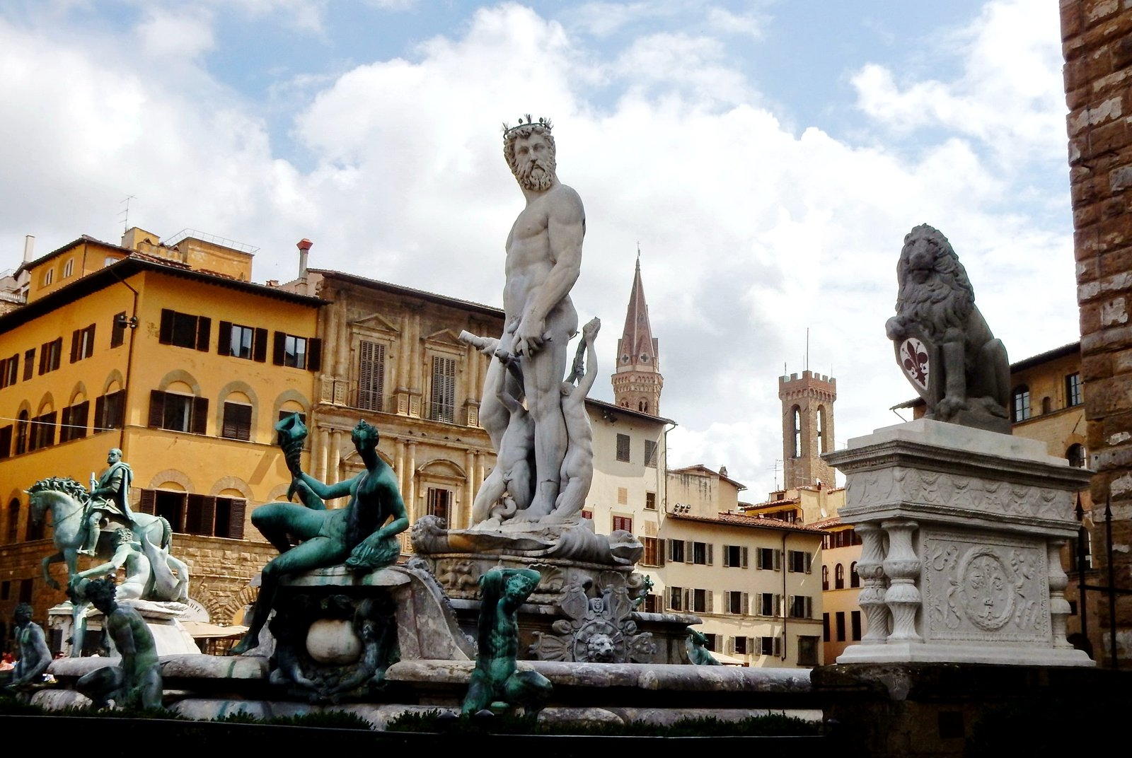 How to admire the sculpture on Piazza della Signoria in Florence