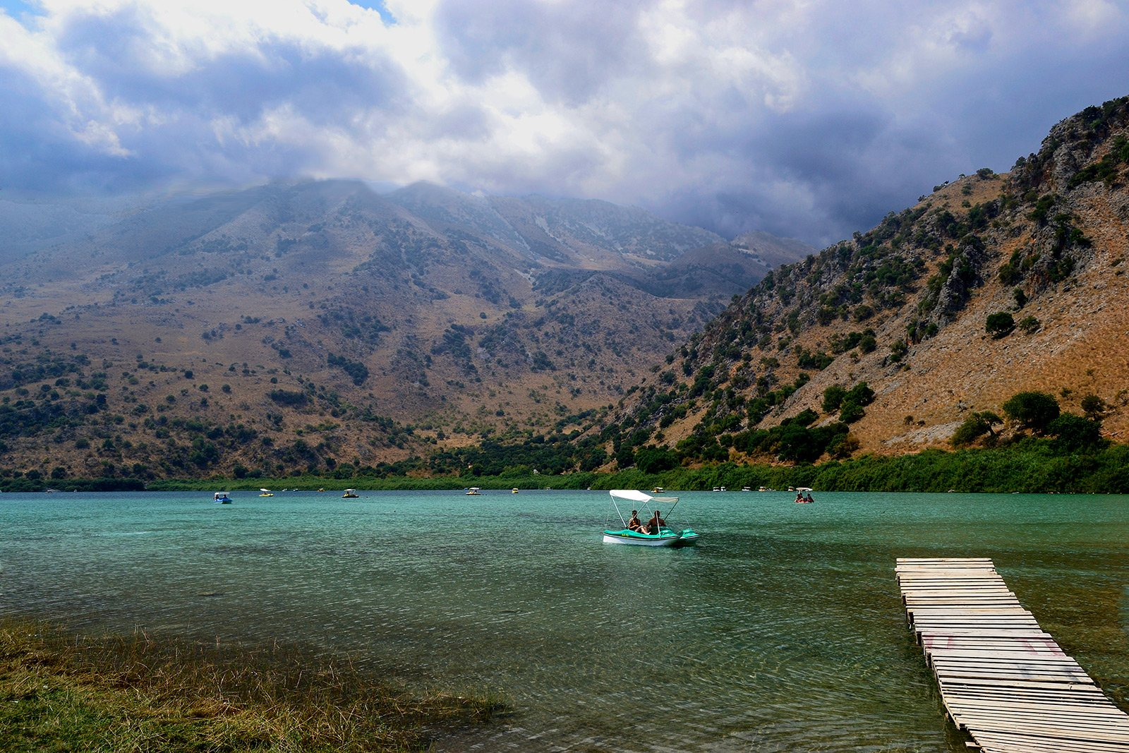 How to dive from the catamaran in lake Kournas on Crete
