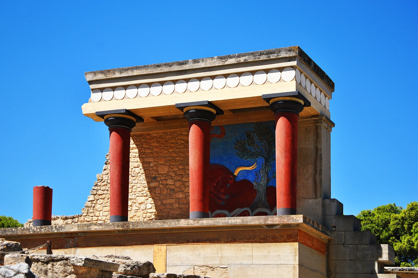 How to walk through the ruins of Knossos Palace on Crete