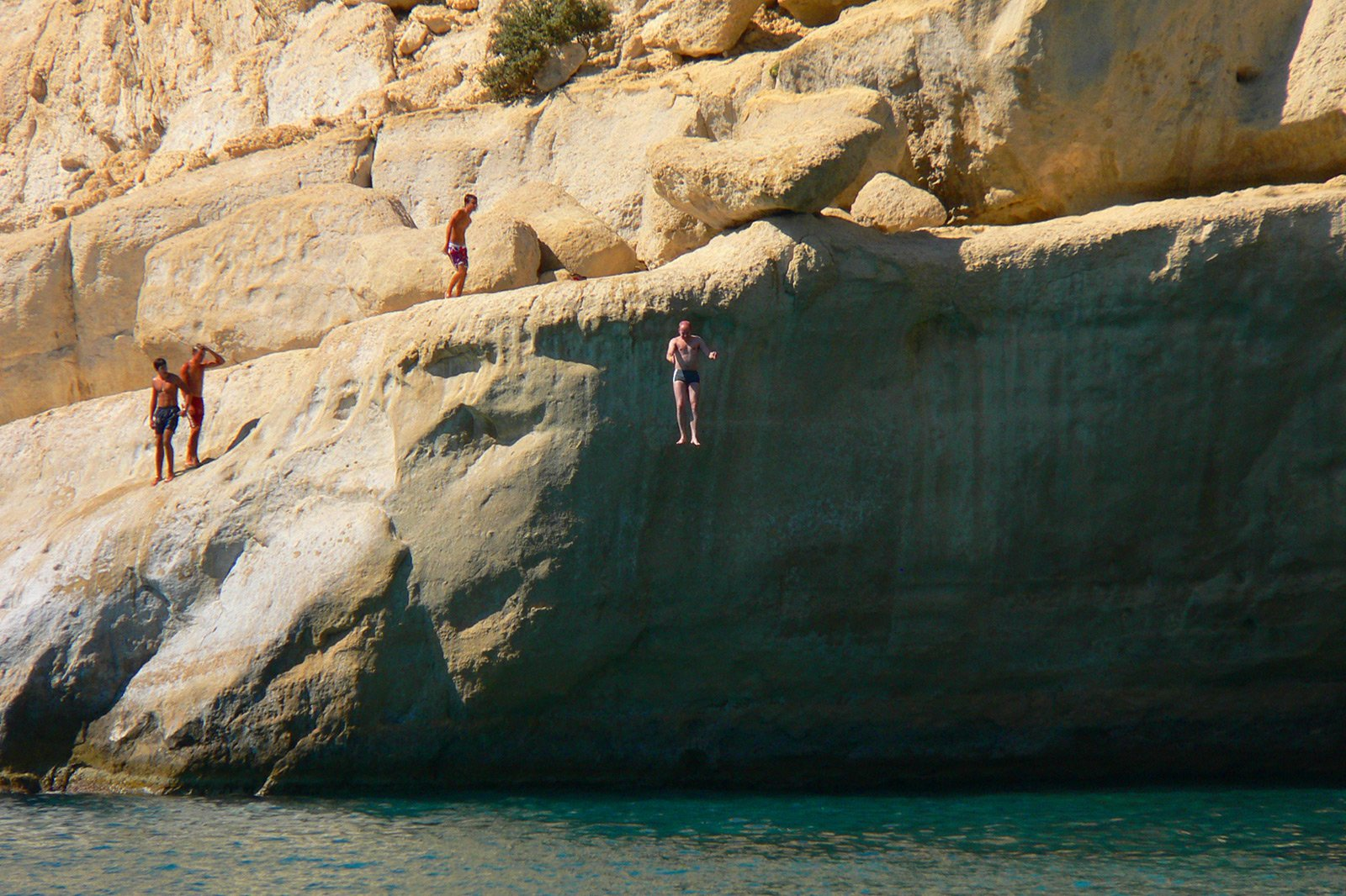 How to dive from the rocks on the Matala beach on Crete