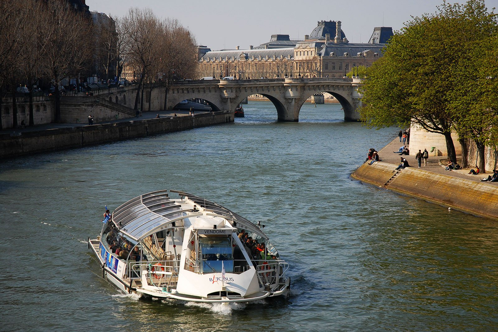 How to ride on the batobus along the Seine in Paris