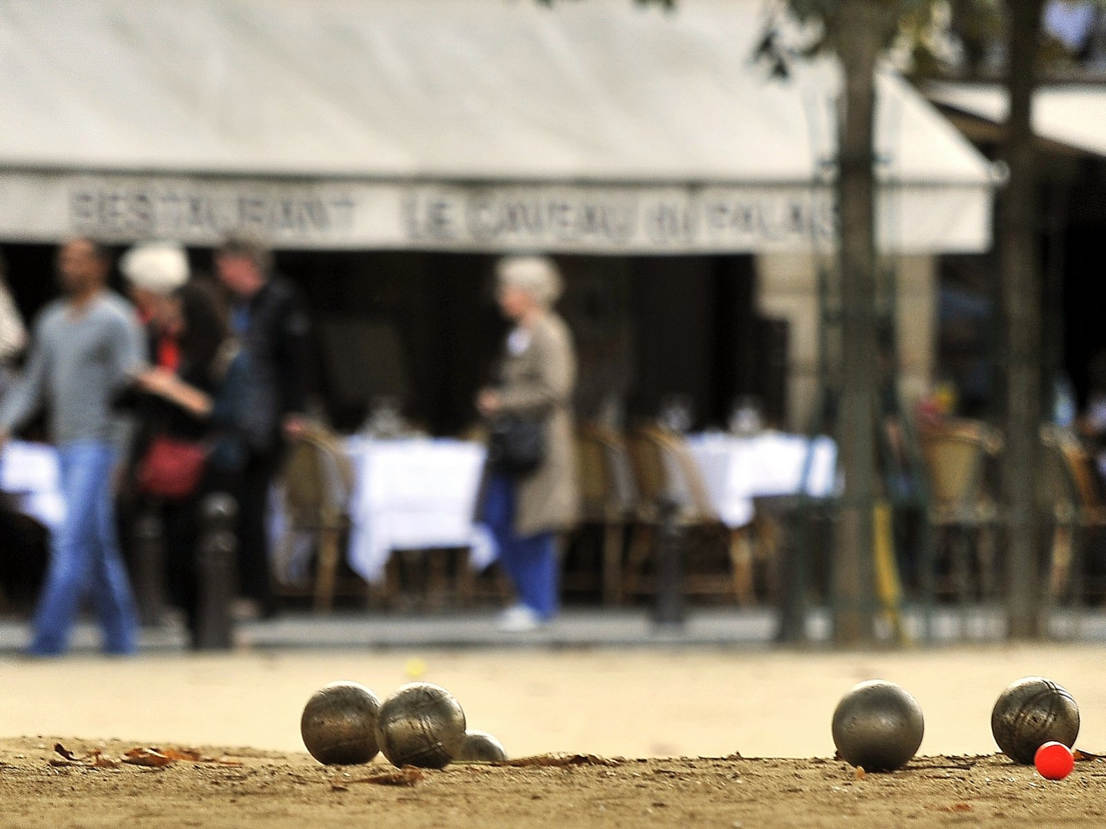 How to play petanque in Paris