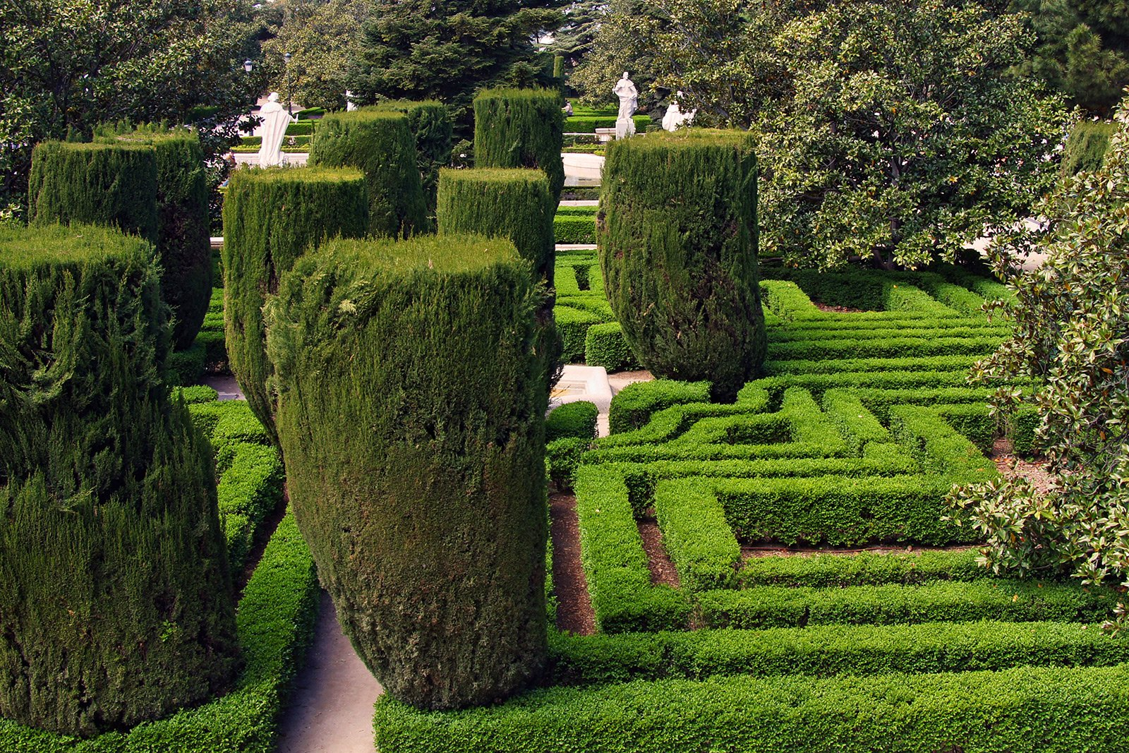 How to walk in the Sabatini Gardens in Madrid