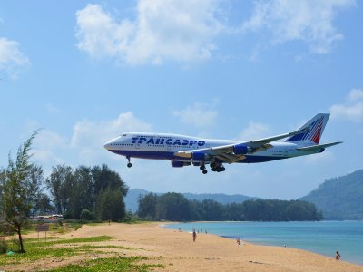 Watch the plane landing in a glissade in Phuket