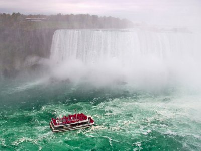 Take a boat to Niagara Falls in Toronto