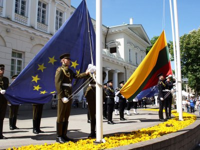 See the ceremony of changing the flag in Vilnius