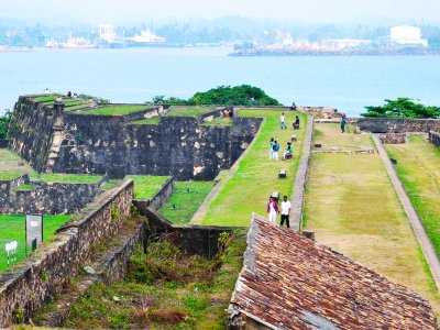 Walk on the walls of old Dutch fort in Galle