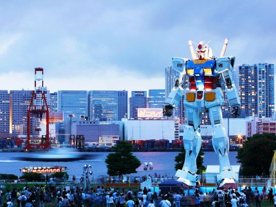 Take a picture with the giant robot in Tokyo