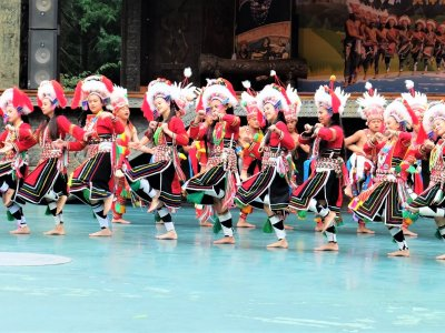 Watch Taiwanese aborigines' greeting dance in Taiwan