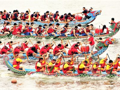 Watch dragon boat racing in Taiwan