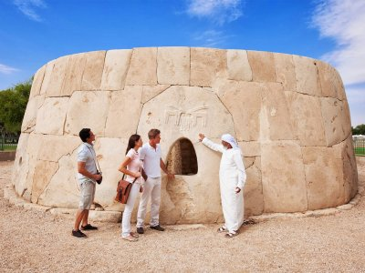 To see the Hili Tomb in Al Ain