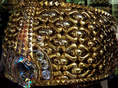 See the largest gold ring in the world in Dubai