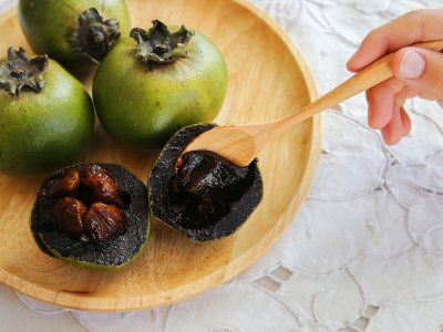 Taste black sapote fruit in Port Louis
