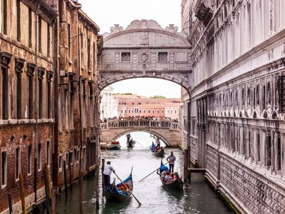 Kiss under the Bridge of Sighs in Venice