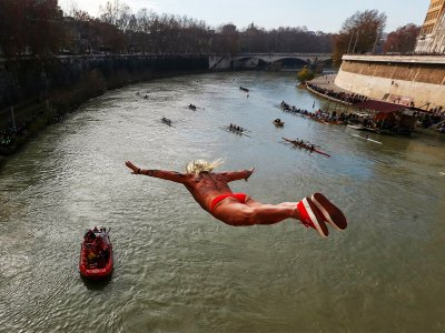 Jump into Tiber river on the 1st of January in Rome