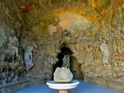 Find the secret passage in the Buontalenti Grotto in Florence