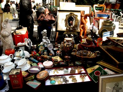 Buy antiques at the flea market in Florence