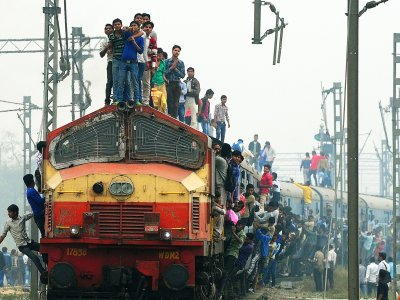 Ride on the roof of a train in Mumbai