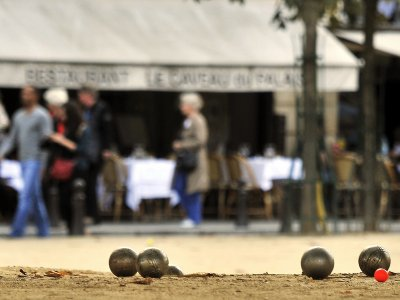 Play petanque in Paris