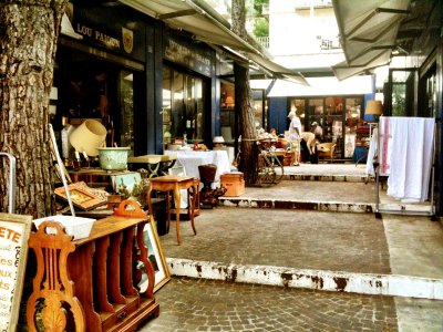 Place Robilant flea market in Nice